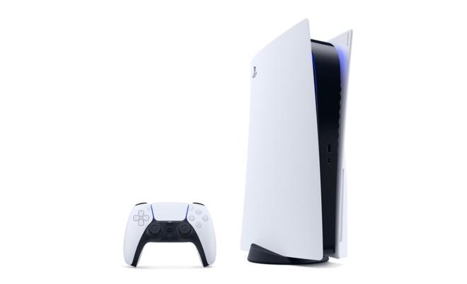 PS5 Sony design accattivante e spaziale nei toni del bianco ottico, nero e blu led