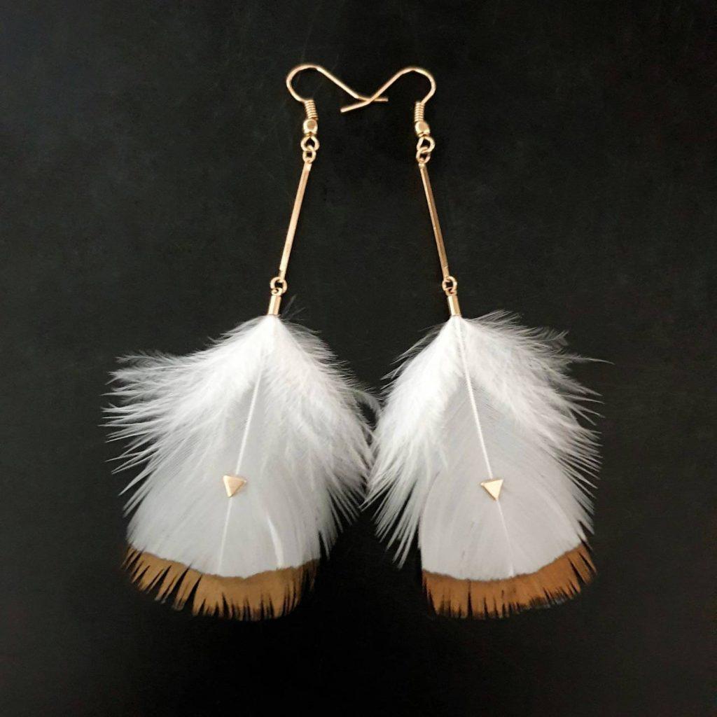 Orecchini Astra, piume bianche naturali, dorati con oro fino 24 carati Articolo fatto a mano